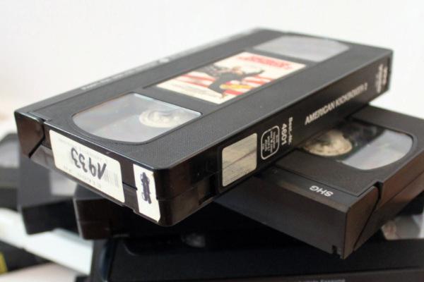 Folge 08 – Die VHS Power Hour <br/ >  Ein Ausflug in unsere Videokisten